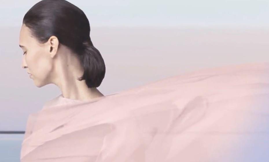 2016: este foi o único ano em que foram definidas duas cores, o rosa pastel e o tom de azul serenidade. Juntas demonstram o equilíbrio inerente entre um quente tom de rosa e o azul fresco e tranquilo, refletindo conexão e bem-estar, bem como um senso suave de ordem e paz.