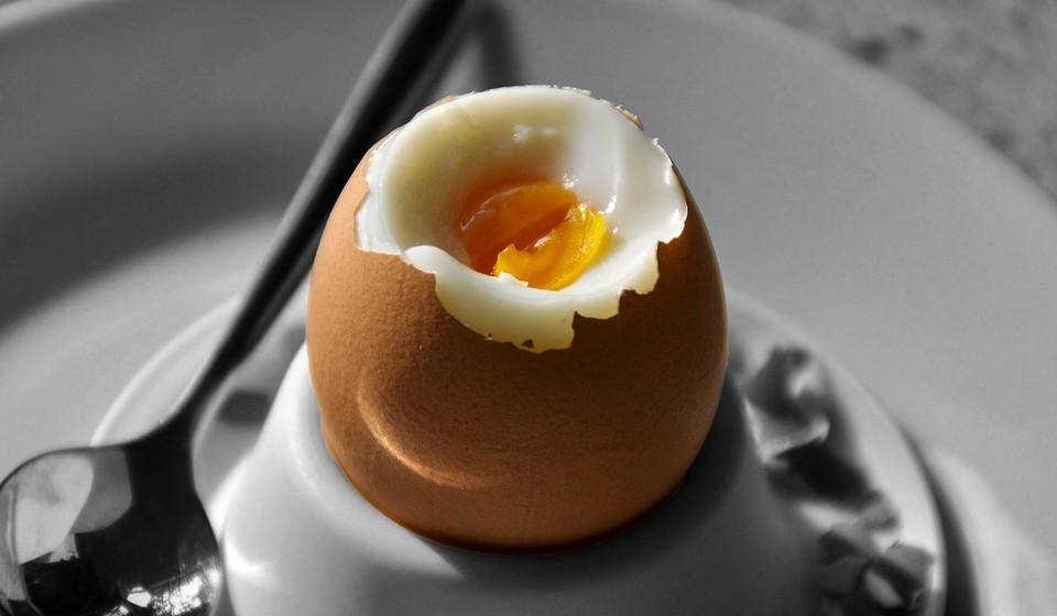 Ovos: pode comer.  Os ovos cozidos são perfeitamente seguros e nutritivos para os cães comerem. Fornecem muitas vitaminas e minerais, além de muitas proteínas. Há alegações de que os ovos também podem ajudar a aliviar as náuseas em cães, embora não haja evidência científica disso. Mas evite dar ovos crus, devido ao risco de Salmonella.