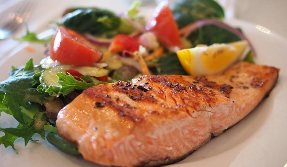 Salmão: pode comer. Cozido e sem espinhas é seguro para o seu cão. O salmão é uma ótima fonte de ómega-3, que reduz a inflamação e pode ajudar a manter a pele e o pelo do seu cão saudáveis. Mas não dê cru, pois pode conter um parasita que pode ser fatal.