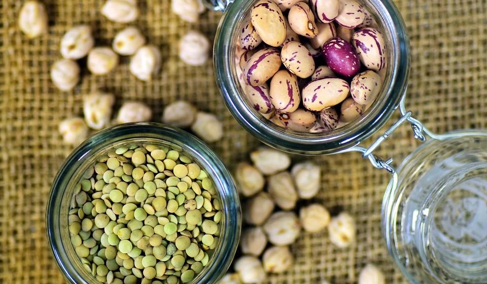Fibras: cereais integrais (farelo de trigo, aveia, centeio, etc) leguminosas, vegetais folhosos, frutas e hortaliças de preferência consumidos com cascas e/ou talos.
