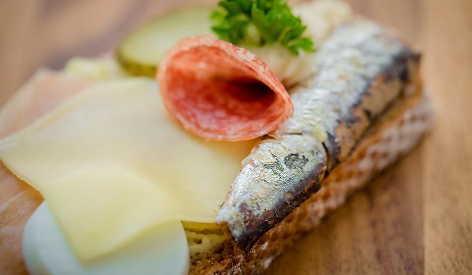 Ácidos gordos ómega 3: peixes que vivem em águas frias como a sardinha, o salmão, a cavala, o arenque, o atum, etc.