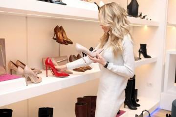Se andava a namorar aqueles sapatos ou aquela mala há muito tempo, aproveite agora os saldos para os comprar. Ou então, veja as nossas sugestões de peças que deve aproveitar para adquirir com bastante desconto.