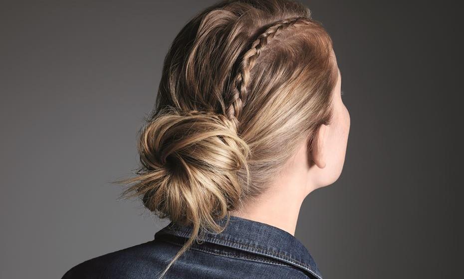 Se tem o cabelo comprido, pode optar por fazer apanhados diferentes. Este, ao estilo cowgirl, tem uma risca ao lado marcada por uma trança achatada, que se enrola à volta de um apanhado à bailarina cheio de volume.