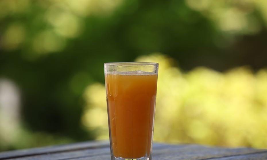 Junte num liquidificador: 2 laranjas sem sementes, 3 folhas de couve, 1 pedaço pequeno de gengibre e 1 litro de água. Depois de coar, junte um pouco de açúcar amarelo.