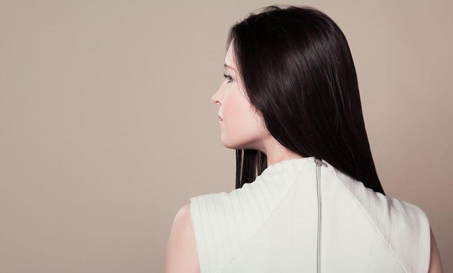 Escove o seu cabelo regularmente para distribuir os óleos naturais do cabelo. Pendure a sua cabeça para baixo e escove o cabelo. Isto distribui os óleos naturais desde o couro cabeludo até às pontas, o que ajuda a bloquear a humidade.