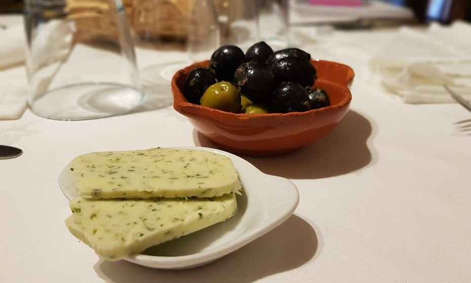 Restaurante João Brandão - pão quente com manteiga de ervas caseira.