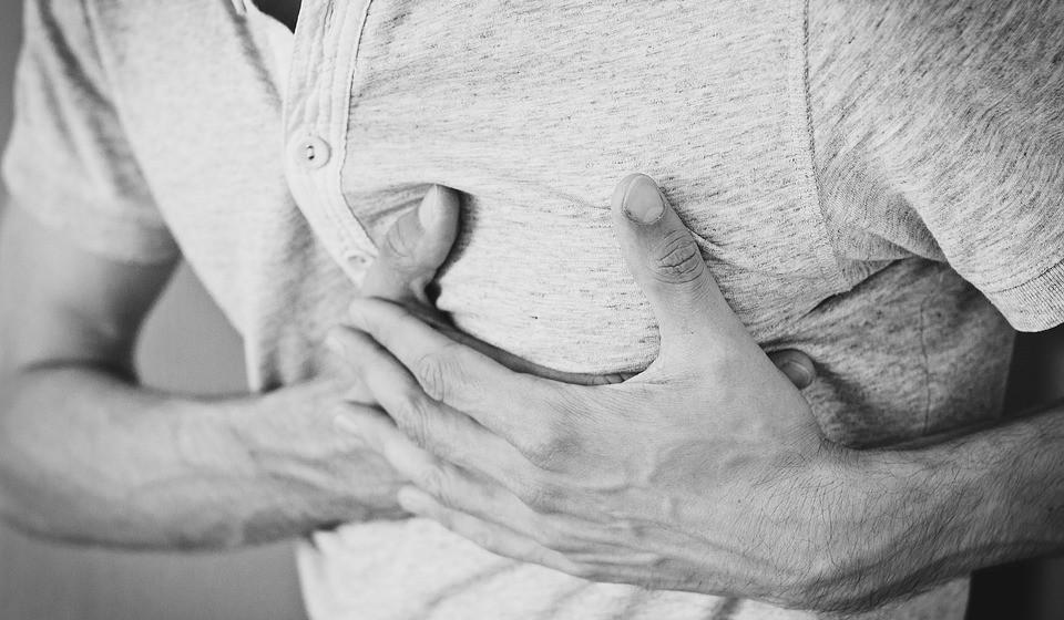 O que é um enfarte? O enfarte agudo do miocárdio, ou ataque cardíaco, ocorre quando uma das artérias do coração fica obstruída o que faz com que uma parte do músculo cardíaco fique em sofrimento por falta de oxigénio e nutrientes. Esta obstrução é habitualmente causada pela formação de um coágulo devido à rutura de uma placa de colesterol.