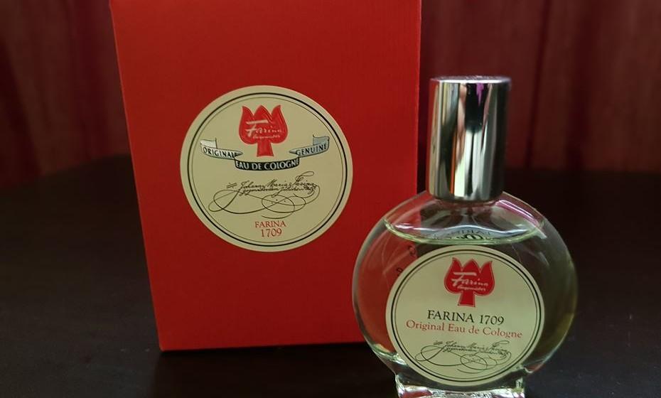 Foi há mais de 300 anos que um perfumista italiano inventou o perfume moderno, uma fragrância suave à base de álcool que permite combinar vários aromas e perdura na pele. A 'água de Colónia' desde logo conquistou reis e rainhas, príncipes e princesas, e ainda hoje se produz com a mesma receita na mesma fábrica em Colónia.