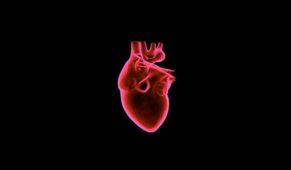O que é a regurgitação mitral? A regurgitação mitral é a segunda doença valvular mais comum, em todo o mundo, e espera-se que a sua prevalência aumente nos próximos anos, com o envelhecimento da população. Carateriza-se por um refluxo de sangue que vaza pela válvula mitral cada vez que o ventrículo esquerdo se contrai, ou seja, à medida que o ventrículo esquerdo bombeia o sangue para a aorta, um pouco de sangue retorna para trás em direção à aurícula esquerda, aumentando o volume de sangue e pressão nesse local. Este aumento da pressão arterial na aurícula esquerda aumenta a pressão do sangue nas veias que vão dos pulmões para o coração. Os pulmões ficam como que encharcados em sangue e isto gera o cansaço. Por outro lado, a aurícula esquerda aumente para acomodar o sangue extra que vazou do ventrículo como refluxo e isso deforma o coração e pode levar a alterações do ritmo cardíaco ou até tromboses. (Saiba mais em ww.apic.pt)