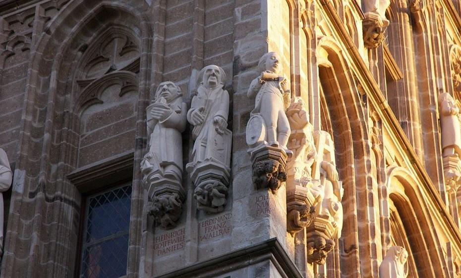 A estátua de Farina na câmara municipal de Colónia. É o que tem um frasco na mão.