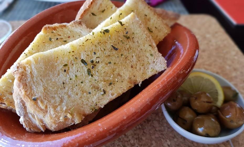 Restaurante Fiado - pão com azeite e orégãos.
