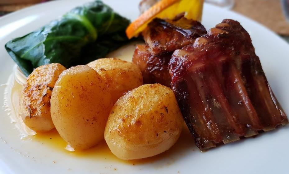 Restaurante Fiado - cabrito à moda velha assado no forno a lenha, com trouxa de migas com couve.