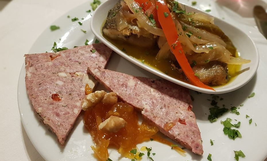 Restaurante João Brandão -  escabeche de peixe do rio Alba e paté das Dez com compota de citrinos e noz.