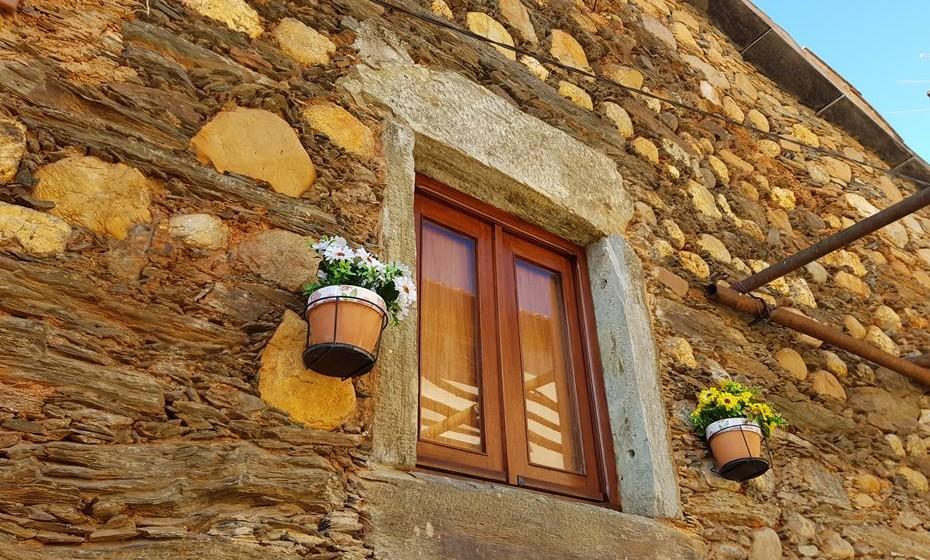 A arquitetura desta aldeia integra o xisto e  também seixos rolado provenientes do rio.