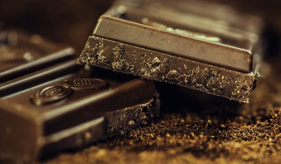 Delicie-se com um quadrado de chocolate preto por dia.