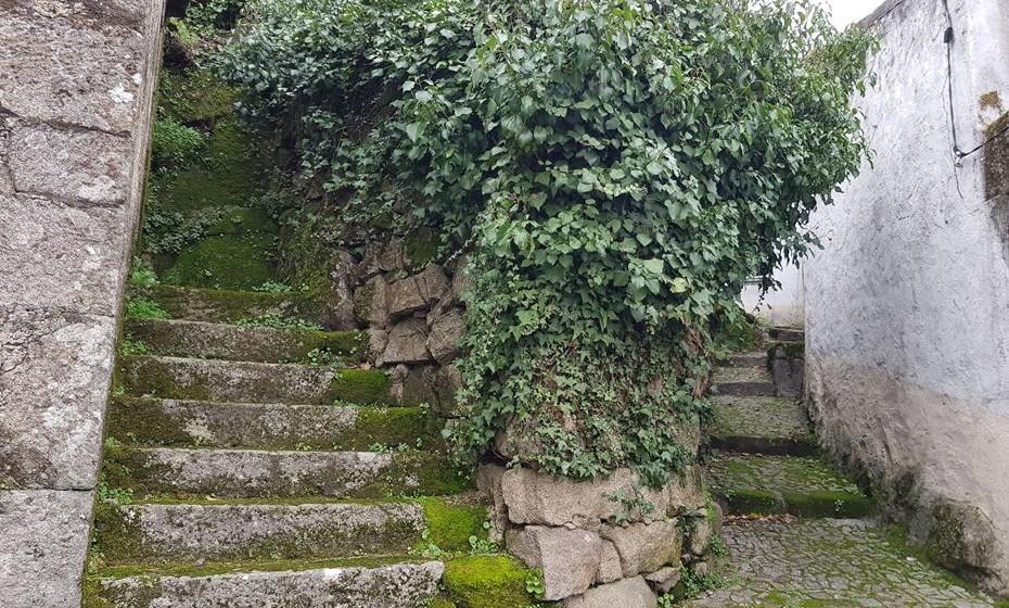 As escadas e recantos da Aldeia das Dez.