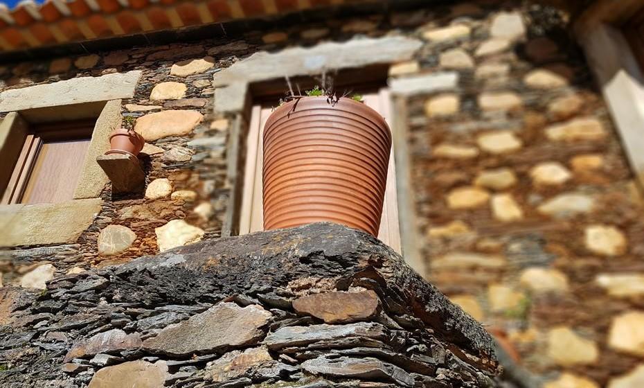 As aldeias típicas têm casas construídas em xisto e em outros materiais que se encontram na região.