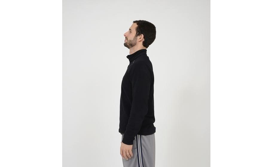 Movimentos cervicais: flexão/extensão cervical. Deve ficar em cada posição dois segundos. Em pé com os pés alinhados com a bacia e os braços ao longo do corpo.