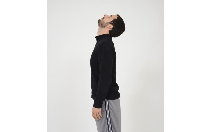 Movimentos cervicais: flexão/extensão cervical. De seguida, fazer a extensão da cabeça, afastando o queixo do peito e mantendo o olhar orientado para o teto.