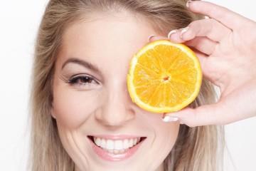 De certo já ouviu falar que deve ingerir alimentos antioxidantes para melhorar a sua saúde, bem-estar e também para prolongar a juventude. Estes componentes combatem os radicais livres que causam danos ao organismo por stress oxidativo. E é este stress oxidativo que aumenta o risco de doenças várias. Mas ingerir alimentos ricos em antioxidantes pode ajudar também a reduzir esse stress e logo o risco de doenças. Conheça os 12 melhores alimentos saudáveis que são ricos em antioxidantes, segundo a plataforma 'Authorithy Nutrition'.