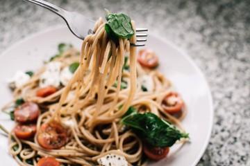 A hora do almoço deveria ser um momento sagrado, mas na maioria das vezes passa sem nos apercebermos. Veja de seguida algumas dicas para cuidar da sua alimentação fora de casa.