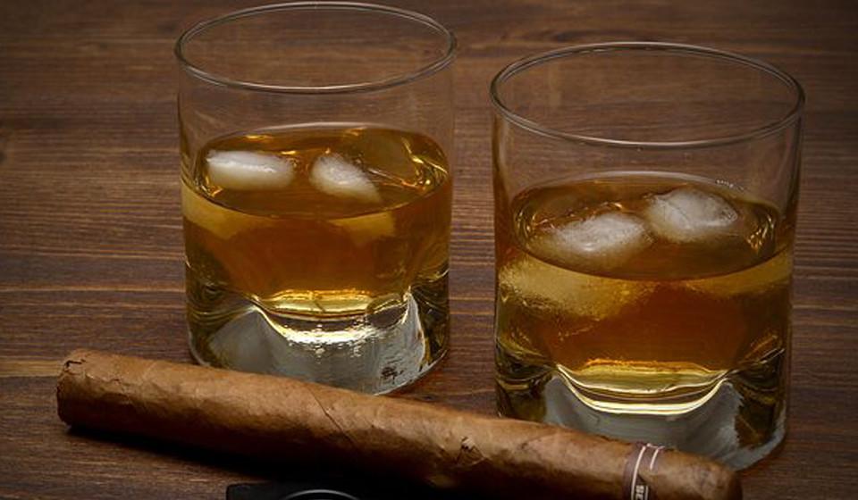Atenção ao que bebe. Não ingira bebida nem muito quentes, nem muito frias e evite bebidas alcoólicas e com cafeína