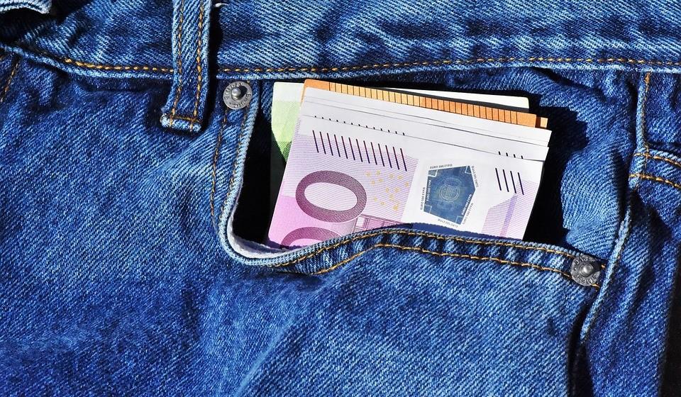 Ande com pouco dinheiro. No dia a dia, cada vez mais utilizamos menos dinheiro e mais os cartões de débito e crédito para pagar as compras. O desafio é: sair com pouco dinheiro no bolso e deixar os cartões em casa. Assim, irá controlar os seus gastos.