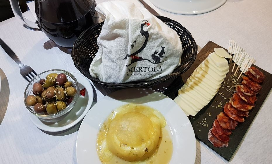 No percurso será servido um petisco com 'conduto' semelhante ao levado pelos contrabandistas.  Na imagem, restaurante A Muralha, em Mértola. (Fotos: MOOD  e Happy Guadiana).