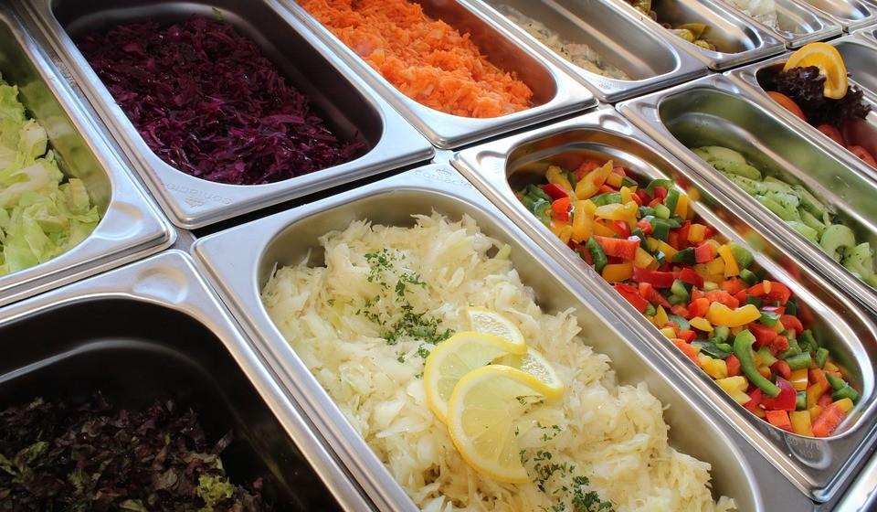 Se comer num restaurante ao quilo, primeiro passeie pelo bufete e veja quais são os alimentos que estão expostos para consumo. Escolha os mais saudáveis.
