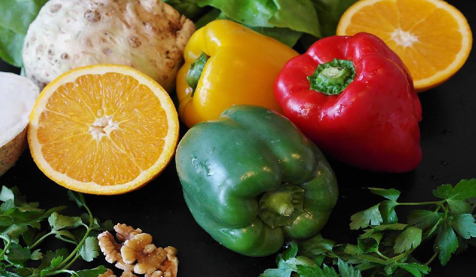 Frutas e legumes. Estes dois tipos de alimentos são ricos em diferentes tipos de fibras. Uma alimentação com uma grande variedade de alimentos à base de plantas pode melhorar a diversidade de bactérias intestinais.