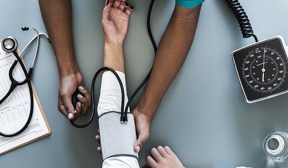 Baixa a pressão arterial. Ao comer três quivis por dia têm mostrado, em diversos estudos, diminuir a pressão sanguínea cerca de 10 pontos numa média de oito semanas.
