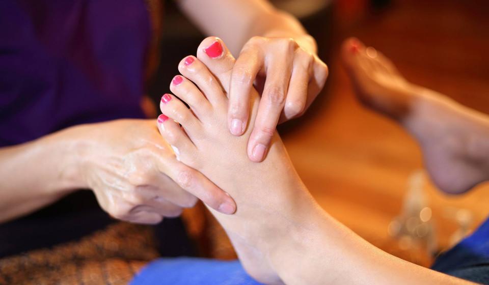 A massagem podal segue-se logo após o banho de imersão para relaxar o pé para o que ainda aí vem.