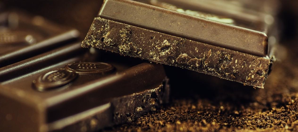 Alimentos ricos em polifenóis, como o chocolate negro, chá verde e vinho tinto.