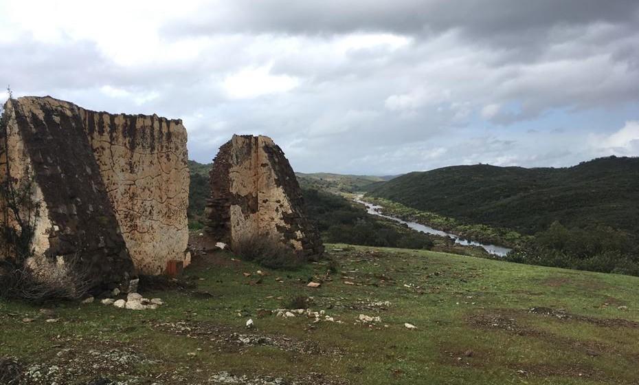 E por lá continuam estas ruínas, em tempos pintadas de cor de rosa, ao longo do rio.