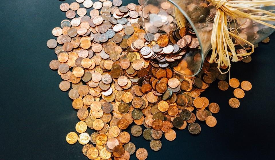 Estipule um valor mensal para por de lado. Coloque alguns euros numa conta poupança ou numa caixinha. Se não tiver margem para poupar mensalmente, vá colocando umas moedas num mealheiro todos os dias. O que interessa é ganhar o hábito.
