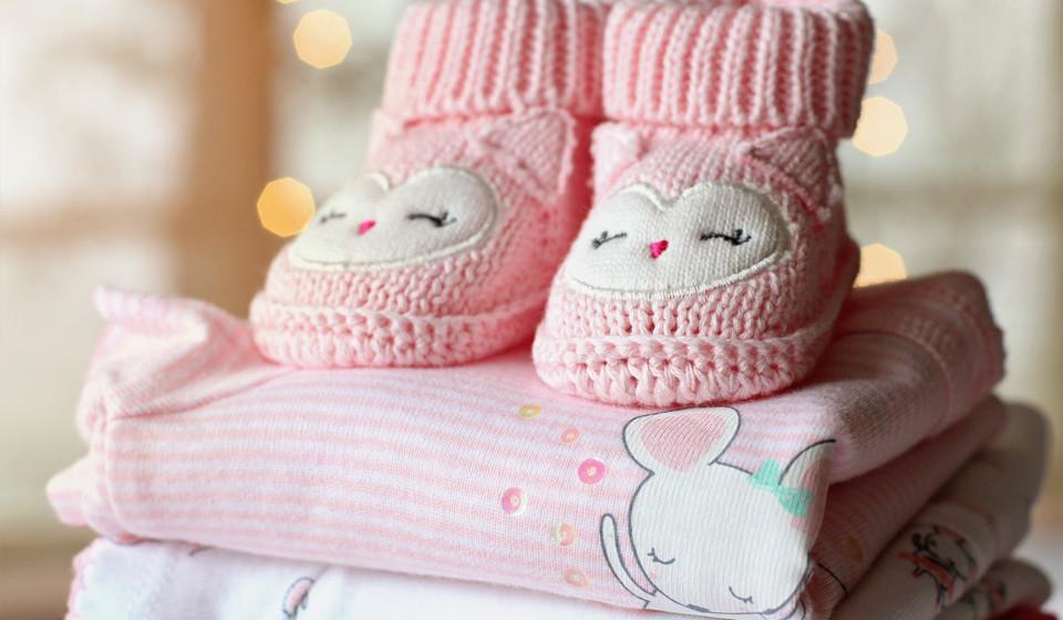 As roupas que têm contacto direto com a pele, incluindo os lençóis, devem ser de fibras naturais, como o algodão. As roupas lavadas devem ser bem enxaguadas para remover qualquer resquício de detergente que, normalmente, agravam a doença.