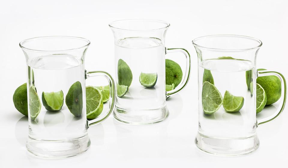 Beba água. É fundamental beber entre 7 a 8 copos de água por dia, de forma a hidratar a garganta e cordas vocais.