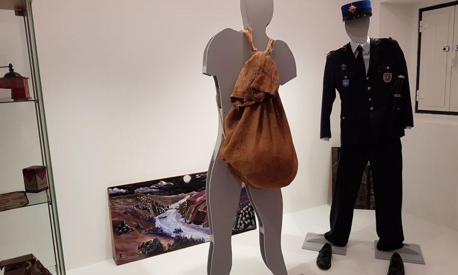 O saco de contrabandista e a farda do Guarda Fiscal.