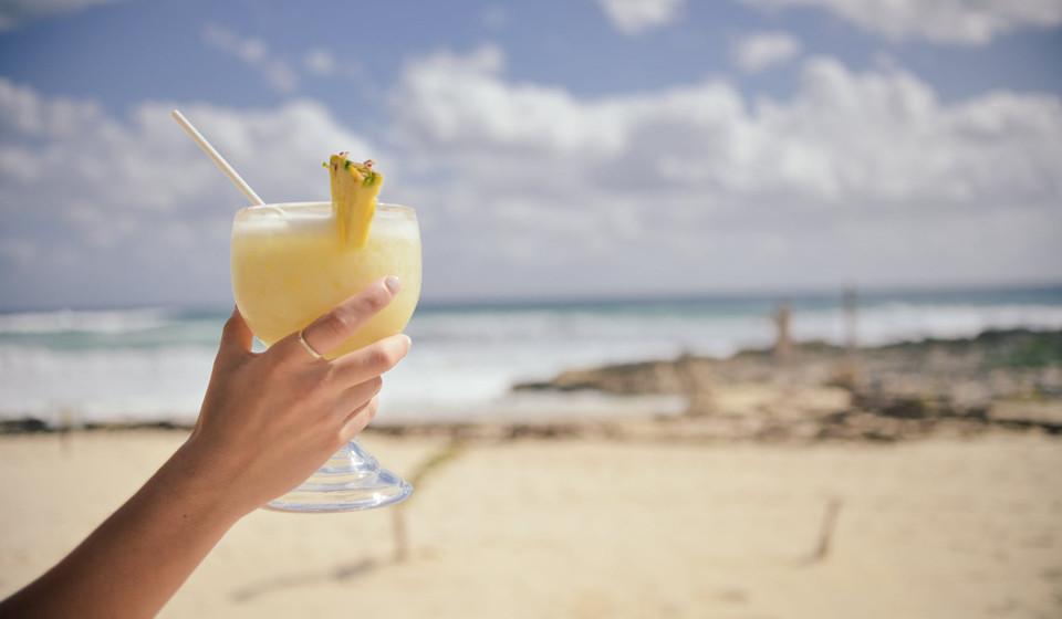 Bebidas alcoólicas. A cerveja, os cocktails e o vinho são ricos em hidratos de carbono e, por esse motivo, devem ser evitados.