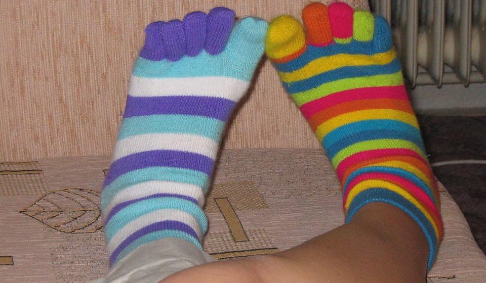 O calçado deve ser de couro e as meias de algodão, para que os pés respirem.