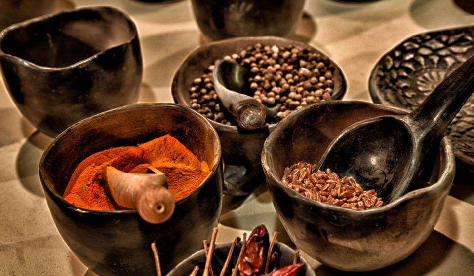 Dotada de um ingrediente chamado capsaicina, presente em vários produtos suplementares de perda de peso, a pimenta caiena ajuda a reduzir o apetite e a queimar a massa gorda.
