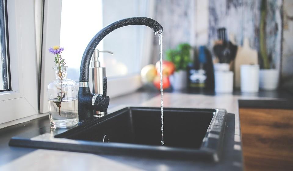Não compre água engarrafada. Adquira, sim, uma jarra com filtro de água ou um filtro para aplicar na torneira. Além de poupar na conta de supermercado, ainda pode poupar na conta da água se o filtro tiver também redução de caudal.