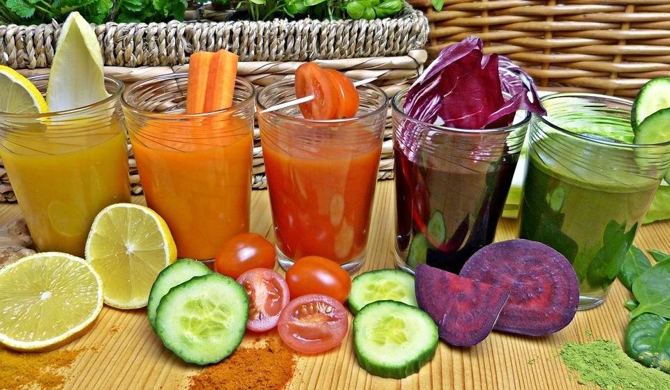 Entre as bebidas, prefira a água sem gás, os chás e os sumos naturais de fruta com adição de água.