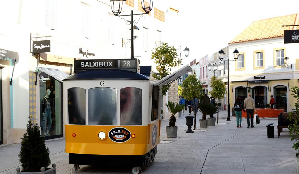 Quiosque com a forma do elétrico 28, transporte emblemático na visita à cidade de Lisboa.