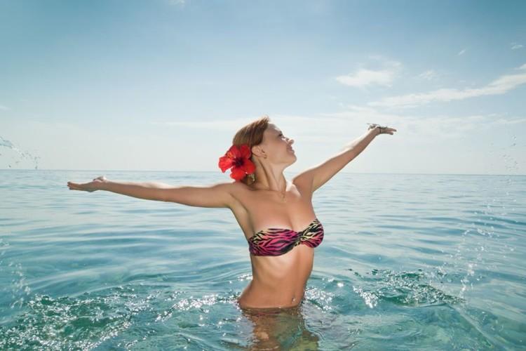 mulher de biquini na água