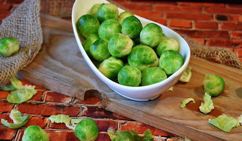 A couve de Bruxelas é mais um dos alimentos mais saudável para ingerir, rico em fibra, vitamina C e outros nutrientes.