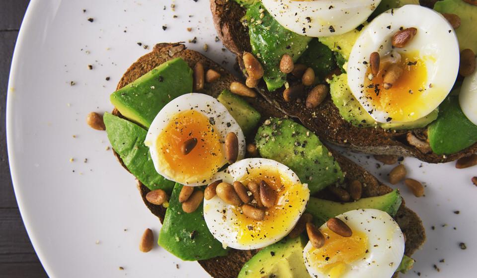 Os ovos são um dos alimentos mais saudáveis e nutritivos. Rico em vitaminas, minerais, gorduras saudáveis, antioxidantes, é um dos alimentos com maiores quantidades de proteínas.