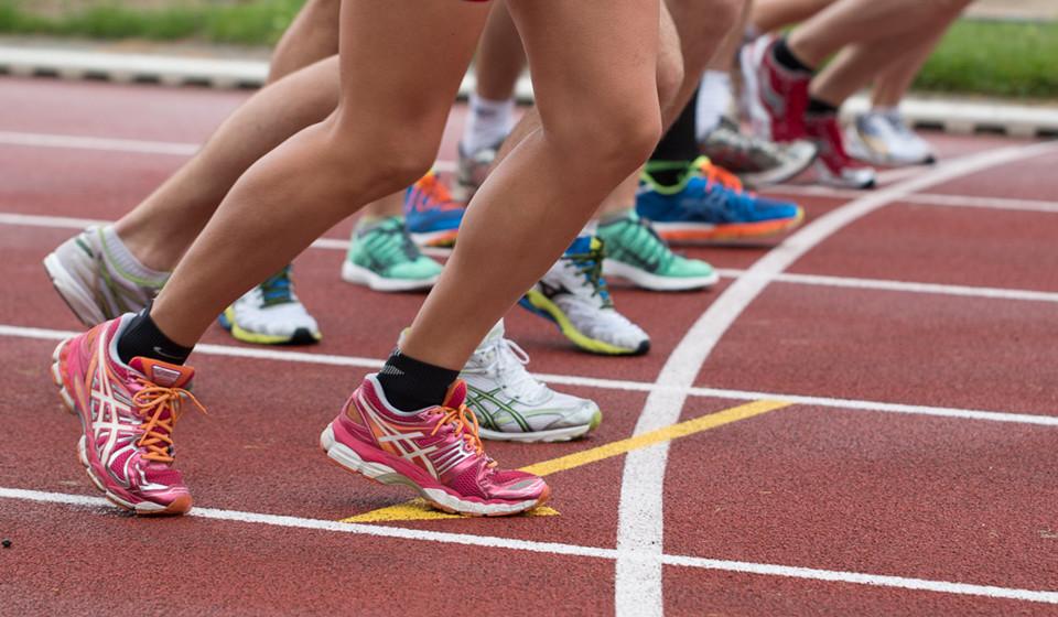 Faça exercício. O desporto em conjunto, para além de o ajudar no fortalecimento da relação entre corpo e mente, fá-lo sair e aproveitar os momentos passados com os seus companheiros de treino.