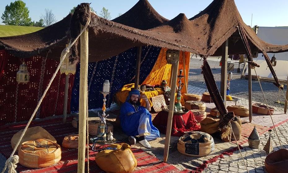 Há muitas tendas para satisfazer os vários tipos de necessidades do cliente medieval.