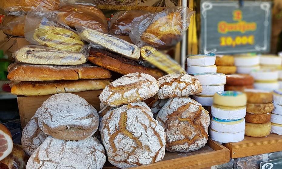 Pão, queijo e enchidos também estão à venda.